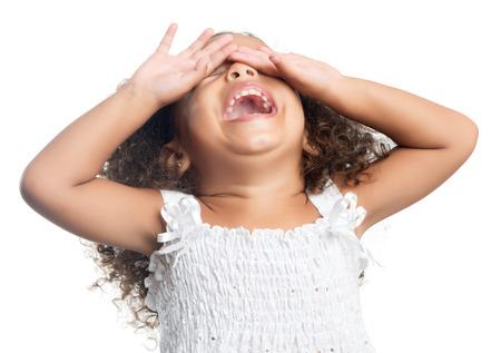 Bambina con un taglio di capelli afro ridere isolato su bianco Archivio Fotografico - 31052863