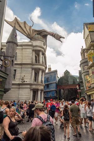 alfarero: Multitudes y dragón en el Callejón Diagon cerca el paseo Harry Potter en el parque temático Universal Studios Florida Editorial