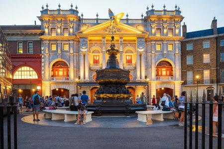 Scène londonienne avec la fontaine Piccadilly Circus à proximité de la promenade Harry Potter au parc à thème Universal Studios Florida Banque d'images - 31792620