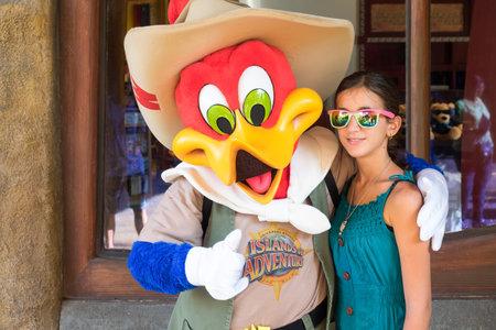 p�jaro carpintero: Presentaci�n de la muchacha con el personaje de Woody Woodpecker en Universal Studios Islands de parque tem�tico Adventure Editorial