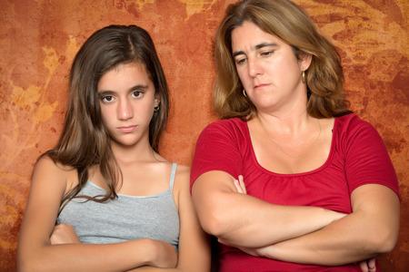 madre e hija adolescente: Problemas Adolescente - Angry adolescente y su triste y preocupada madre