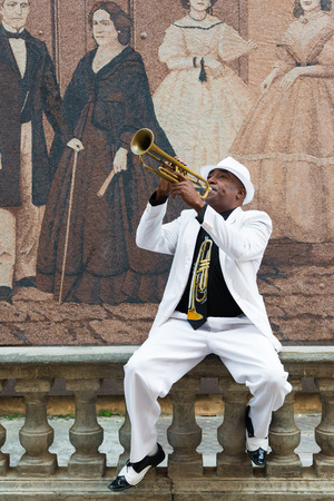 Havanna, Kuba - 8. Januar 2015: Schwarz kubanische Musiker spielt die Posaune Standard-Bild - 35399687