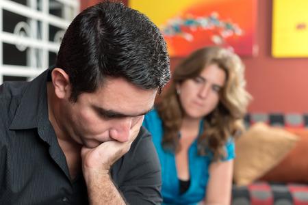 Divorce, mariage Homme triste et inquiet problems- avec sa femme regardant
