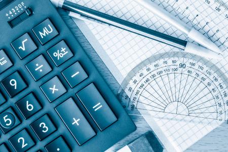 Školní potřeby geometrii matematiku a vědu tónovaný v modré barvě
