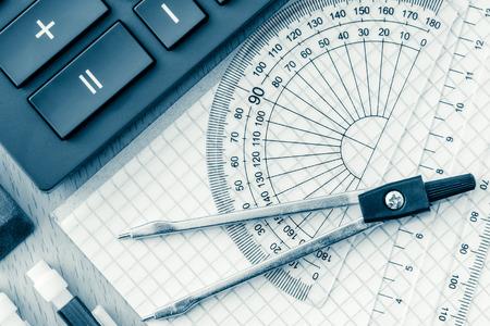 matematica: Se utiliza material escolar en matemáticas, la geometría o la ciencia en tonos azul
