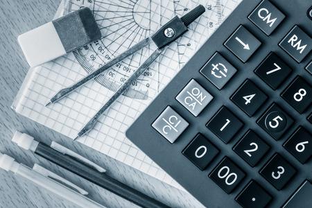 Fournitures scolaires utilisés dans les mathématiques, la géométrie ou de la science tonique en bleu Banque d'images - 36438517