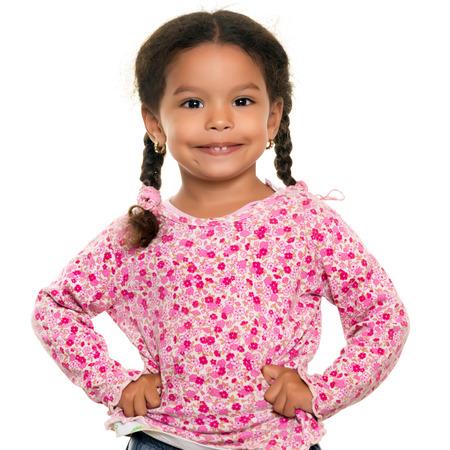 niños sanos: Bastante raza mixta pequeña niña aislada en un fondo blanco