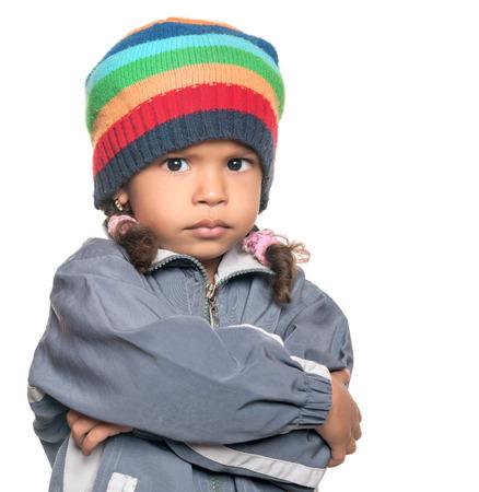 Verärgerte kleine multirassische Mädchen getrennt auf einem weißen Hintergrund Standard-Bild - 37121791