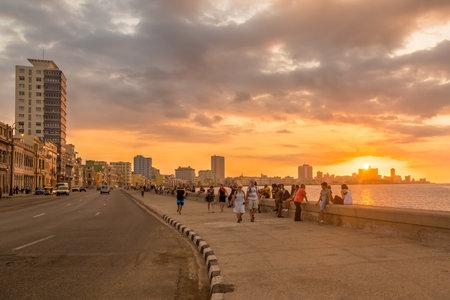 La Havane, Cuba - 5 mars 2014: Magnifique coucher de soleil à La Havane avec une vue des Cubains et des touristes le long de l'avenue Malecon Banque d'images - 37430984