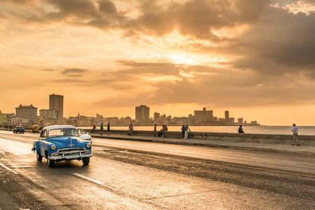 Le coucher de soleil sur la ville de La Havane en vue de l'avenue Malecon Banque d'images - 37447863