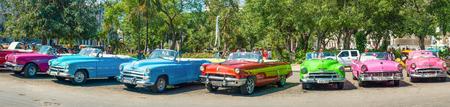 Groep van kleurrijke vintage auto's geparkeerd in Oud Havana