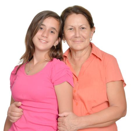 madre e hija adolescente: Adolescente hispana y su abrazo abuela y sonriente aislados en blanco