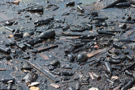 desechos toxicos: Las botellas de plástico y basura que flotan en el aceite contaminado de combustible el agua del océano Foto de archivo