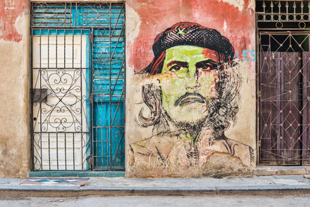 che guevara: Che Guevara portrait painted on a shabby old wall in Old Havana Editorial