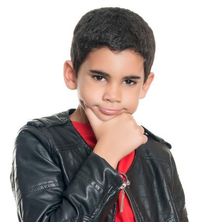 niños latinos: Retrato de un niño hispano linda que llevaba una chaqueta de cuero aislada en blanco