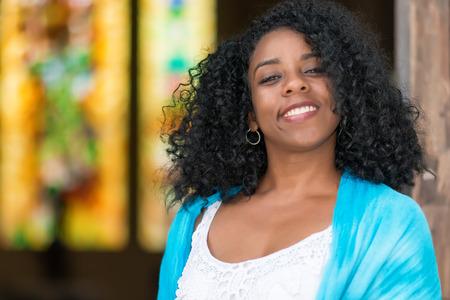 black girl: Porträt einer schönen jungen schwarzen Frau lächelnd kubanischen