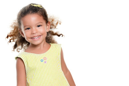 jolie petite fille: Portrait d'une petite fille hispanique mignon isolé sur blanc Banque d'images