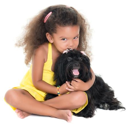 화이트 절연 그녀의 애완견을 키스하는 귀여운 작은 소녀