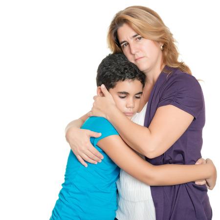 Sad moeder knuffelen haar zoon geïsoleerd op een witte achtergrond Stockfoto