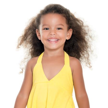 かわいい小さなアフリカ系アメリカ人またはヒスパニックの女の子を白で隔離黄色の夏のドレスを着て