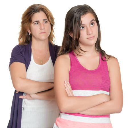 10 代の少女と彼女の悲しい母の白で隔離お互いに怒っています。