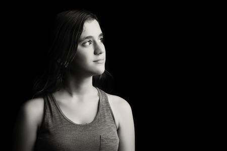 10 代の少女の美しい低キー黒と白の肖像 写真素材