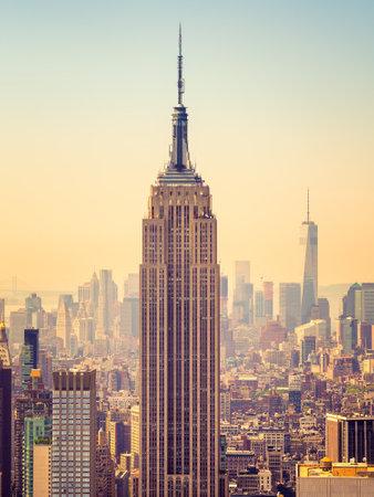 前景にエンパイア ・ ステートビルとマンハッタンの夕日 報道画像