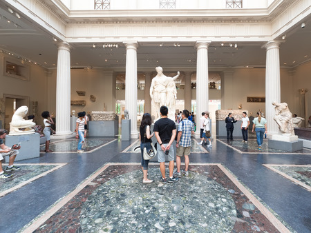 Visitors admiring ancient greek and roman art at the Metropolitan Museum of Art in New York Stock fotó