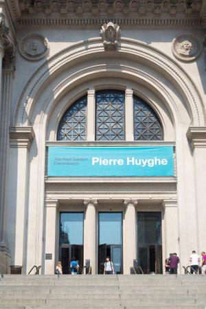 metropolitan: Entrance of the Metropolitan Museum of Art in New York