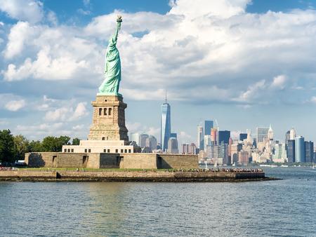 아름다운 여름날에 배경에 뉴욕의 스카이 라인과 자유의 여신상