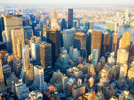 naciones unidas: Vista aérea de la ciudad de Nueva York al atardecer incluyendo el Chrysler Building y las Naciones Unidas