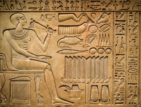 Antico geroglifico egiziano raffigurante un faraone, animali e segni Archivio Fotografico - 45252130