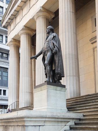 george washington: La estatua de George Washington en el Federal Hall en el centro de Nueva York Foto de archivo