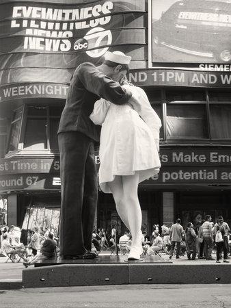 ニューヨーク市のタイムズスクエアで看護師をキス船員の有名な写真に似ている図 報道画像