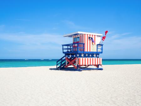 마이애미의 사우스 비치에서 미국 국기의 색상으로 유명한 인명 구조 원 오두막