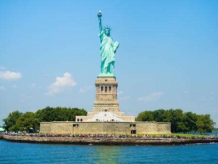 spojené státy americké: Socha svobody v New Yorku na krásný letní den