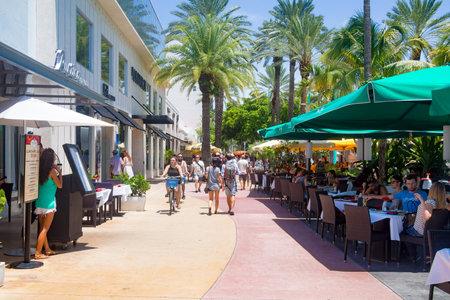 lincoln: Lincoln Road, a tourist landmark and shopping boulevard in Miami Beach