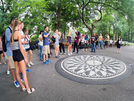 john lennon: Tourists at the Imagine mosaic commemorating John Lennon at Strawberry Fields at Central Park in New York Editorial