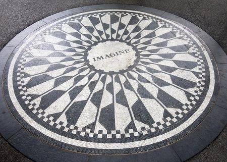 fresa: El mosaico Imagínese dedicado a John Lennon en Strawberry Fields en Central Park, Nueva York
