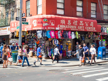 Tourists and chinese immigrants at Chinatown in New York City Sajtókép