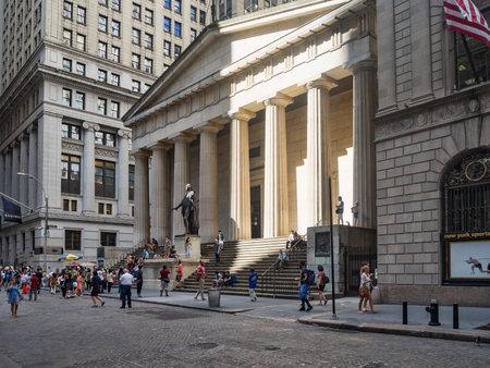 Mit Blick auf die Wall Street und der Federal Hall in New York City Standard-Bild - 46770196