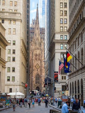 Wall Street am Manhattan-Finanzbezirk mit Dreifaltigkeitskirche auf dem Hintergrund Standard-Bild - 46770200