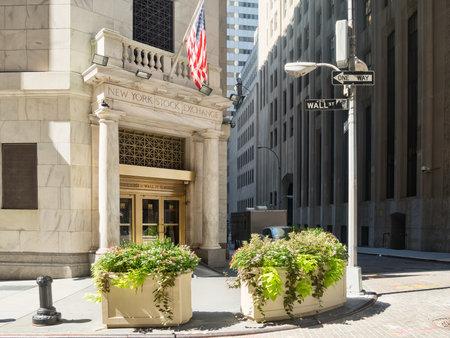 bolsa de valores: La entrada a la Bolsa de Nueva York en el distrito financiero de Manhattan
