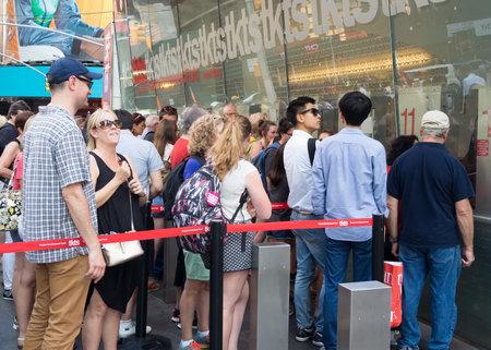 fila de personas: La gente en el stand de TKTS en boletos de compra de Times Square a espectáculos de Broadway en Nueva York Editorial