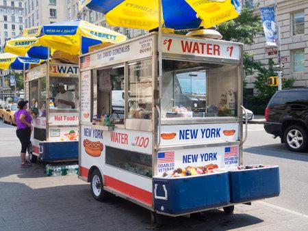 perro caliente: Fast carrito de comida vendiendo perros calientes y otros aperitivos en la Ciudad de Nueva York