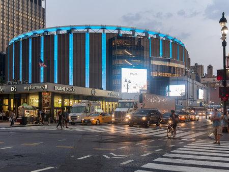 밤에 뉴욕시의 매디슨 스퀘어 가든 (Madison Square Garden) 에디토리얼
