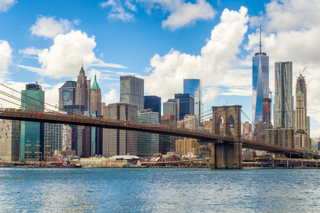 브루클린 다리와 뉴욕시의 맨하탄 시내의 스카이 라인 스톡 콘텐츠