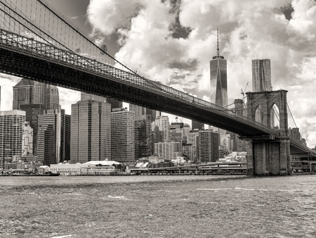 Black and white view of the Brooklyn Bridge and the downtown Manhattan skyline in New York City Фото со стока