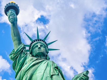 Cierre para arriba de la estatua de la Libertad en Nueva York con un hermoso cielo Foto de archivo - 48962873