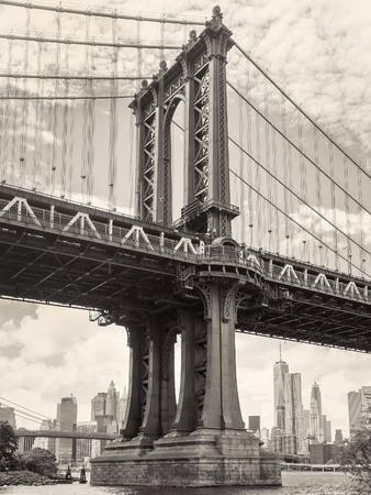 배경에 도시의 스카이 라인과 뉴욕의 맨해튼 다리의 흑백보기